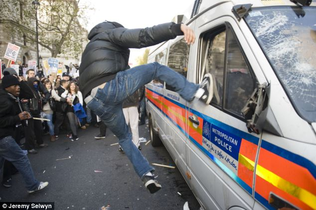 Υπό πολιορκία φοιτητών το βρετανικό Κοινοβούλιο