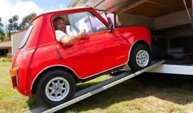 Μίκρυνε το Mini Cooper να το μεταφέρει στο χώρο αποσκευών του τροχόσπιτού του!