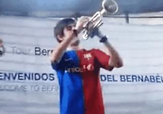 Τρελός οπαδός της Μπαρτσελόνα έπαιξε τον ύμνο της Barcelona μέσα στο Μπερναμπέου! (video)