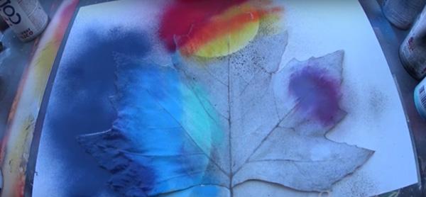 Εκπληκτική ζωγραφική με σπρέι πάνω σε φύλλα