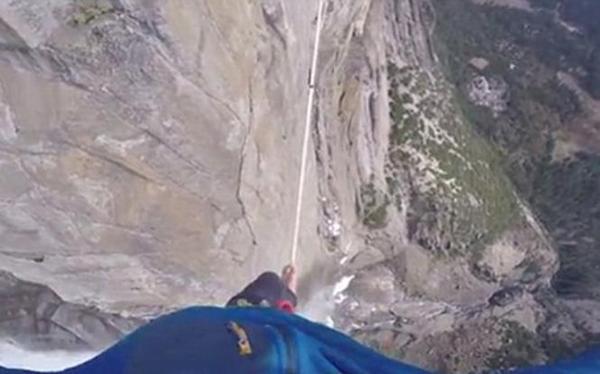 Εκπληκτικό βίντεο άνδρα που ισορροπεί σε τεντωμένο σχοινί στο κενο