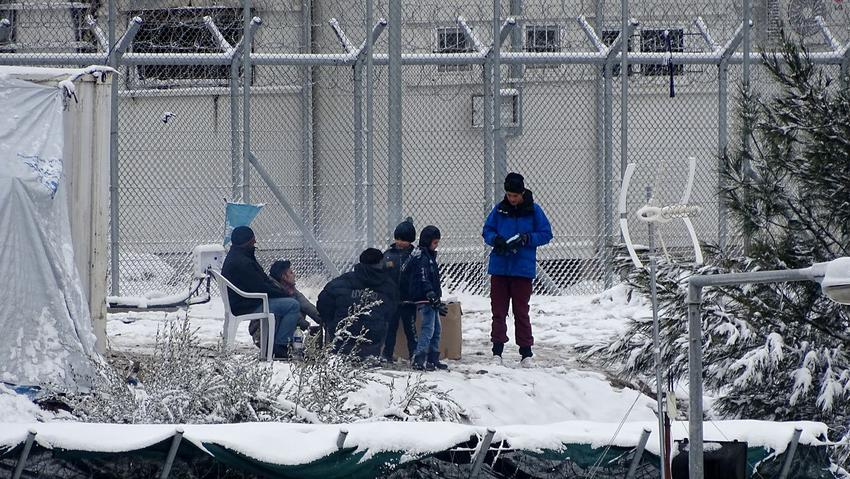 Πρόσφυγες και μετανάστες κάθονται στο χιονισμένο hot spot της Μόριας στη Λέσβο, το Σάββατο 7 Ιανουαρίου 2017. Σε όλη τη Λέσβο χιονίζει από τις 4 περίπου το πρωί. Αποτέλεσμα να το «στρώσει» απ' άκρη σ' άκρη από το λιμάνι της Μυτιλήνης στα ανατολικά μέχρι το λιμάνι του Σιγρίου στο δυτικό άκρο του νησιού. Αποκλεισμένα είναι αυτή την ώρα είναι τα περισσότερα από τα χωριά. Από τις αρμόδιες υπηρεσίες γίνεται έκκληση να αποφεύγονται οι μετακινήσεις του πληθυσμού, που έτσι κι αλλιώς δεν ξέρει από χιόνια. Ας σημειωθεί ότι έντονη χιονόπτωση μέσα στην πόλη της Μυτιλήνης δεν είχε υπάρξει ξανά τα τελευταία 20 χρόνια. ΑΠΕ- ΜΠΕ/ ΑΠΕ-ΜΠΕ /ΣΤΡΑΤΗΣ ΜΠΑΛΑΣΚΑΣ