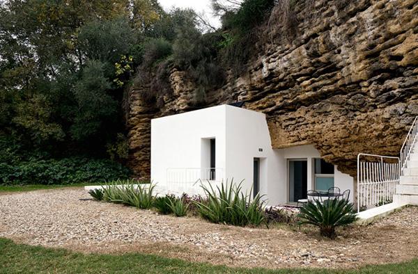 Πρωτότυπη κατοικία χτισμένη μέσα σε σπηλιά