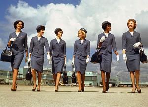 Πώς άλλαξαν οι στολές των αεροσυνοδών τα τελευταία 100 χρόνια