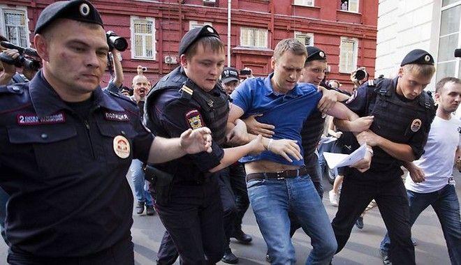 Ένα εμπόδιο λιγότερο για τον Πούτιν. Ένοχος για υπεξαίρεση ο ηγέτης της αντιπολίτευσης