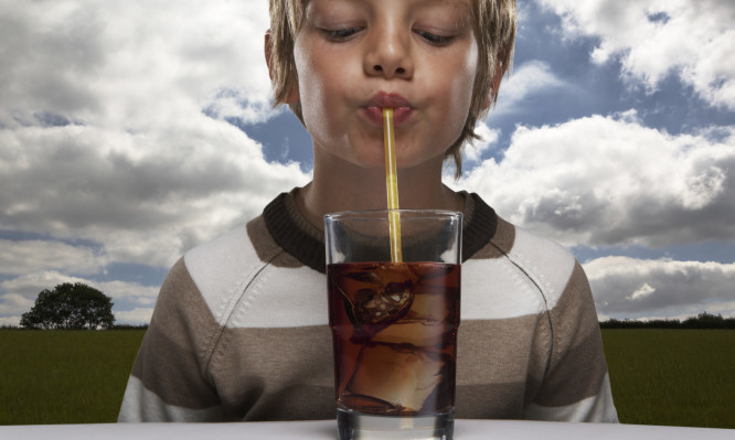 Τι κάνουν τα αναψυκτικά στα δόντια – Το βίντεο που ΠΡΕΠΕΙ να δει κάθε παιδί