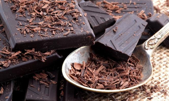 Πώς η μαύρη σοκολάτα συνδέεται με καρδιακά και εγκεφαλικό