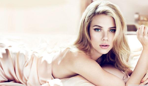 Η αντίδραση της Scarlett Johansson στην επιθυμία του Τσακαλώτου να τη βγάλει για cocktail