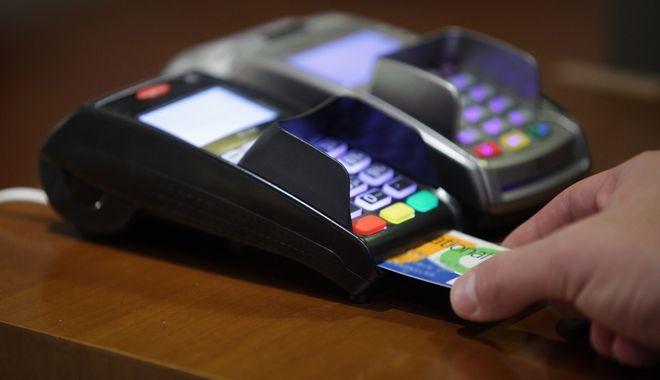 Οι Έλληνες στρέφονται στο πλαστικό χρήμα, οι νέοι προτιμούν τις ηλεκτρονικές αγορές