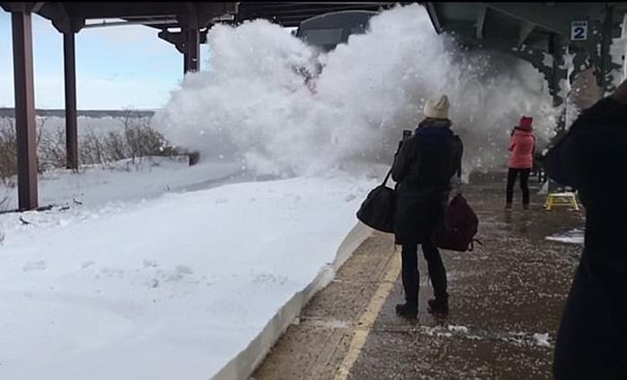 Τρένο μπαίνει σε σταθμό γεμάτο χιόνι