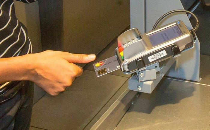 Τραπεζική κάρτα της MasterCard με ενσωματωμένο αισθητήρα δακτυλικών αποτυπωμάτων