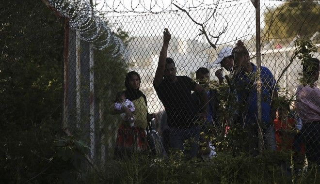 Καθυστερήσεις και φραγμοί κρατούν 'ομήρους' πρόσφυγες στην Ελλάδα