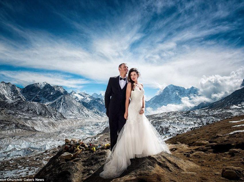 Ζευγάρι παντρεύτηκε στην κορυφή του Έβερεστ μετά από ανάβαση 3 εβδομάδων