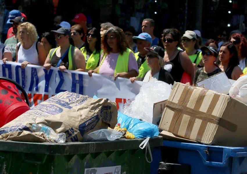 Στα άκρα η κόντρα για τους συμβασιούχους ΟΤΑ, ενώ τα σκουπίδια «πνίγουν» τις πόλεις