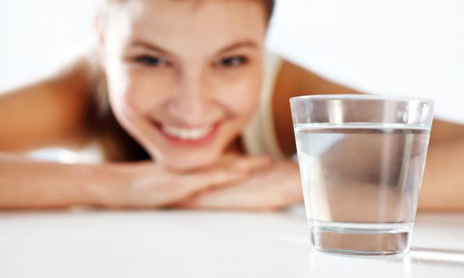 Νερό με άδειο στομάχι το πρωί: Τι δημιουργεί στον οργανισμό