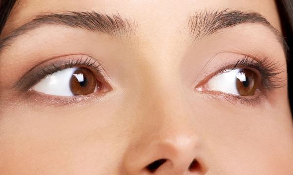 Τρεις κακές συνήθειες που καταστρέφουν τα μάτια σας