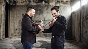 O Νίκος Συνολάκης και ο Κώστας Κορδατζάκης ζωντανά στο μεζεδοπωλείο «Friends»