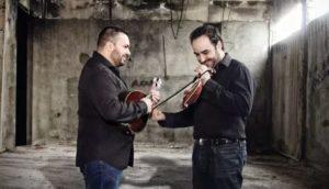 Ο Νίκος Συνολάκης και ο Κώστας Κορδατζάκης στο μεζεδοπωλείο «Friend's»